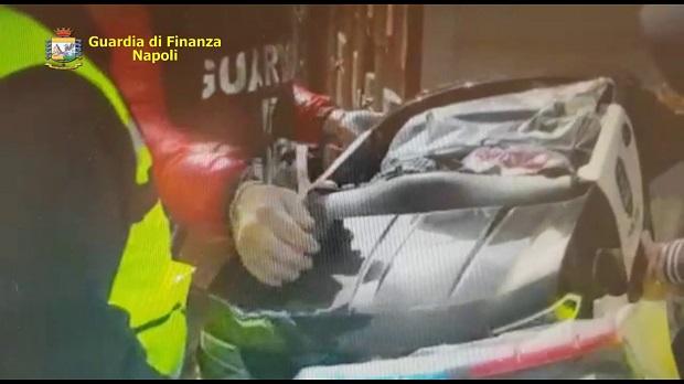 Napoli, sequestrate 386 auto elettriche contraffatte: erano in un container proveniente dalla Cina individuato nel Porto