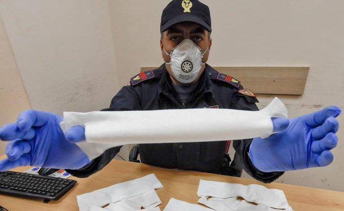 Vendeva mascherine, Polfer ferma abusivo: tra gli ambulanti irregolari spunta 'business della paura'