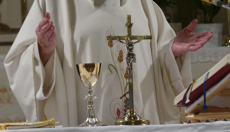 Sant'Anastasia, celebra la Santa Messa coi fedeli: arrivano i carabinieri, scattano le denunce