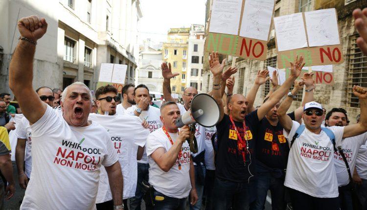 Coronavirus a Napoli, lavoratori Whirlpool donano il sangue per gli ammalati