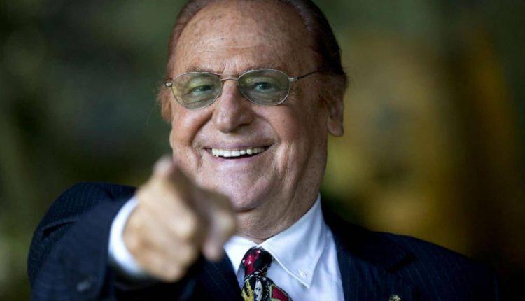 """L'ironia di Renzo Arbore contro il coronavirus: """"Evitate il lanciafiamme di De Luca, restate a casa"""""""