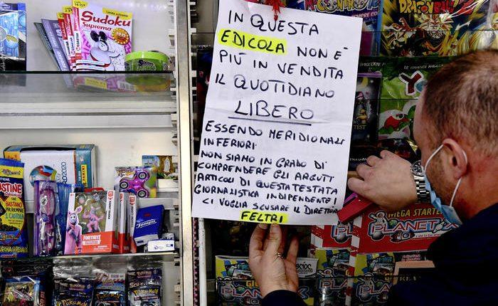 """La protesta di un'edicola a Napoli """"Da oggi non vendo Libero"""""""