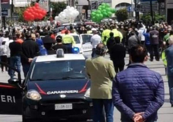Coronavirus, folla per il funerale del sindaco di Saviano, indagano la Procura di Nola e il Prefetto di Napoli: vice sindaco, politici, carabinieri e sacerdoti ai funerali