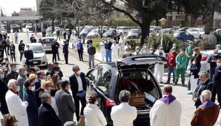 Folla ai funerali del sindaco di Saviano, finora notificate 54 multe
