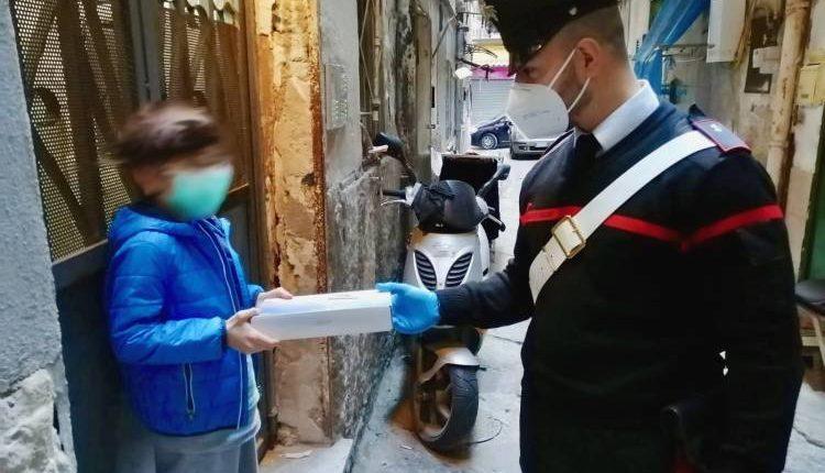 Scuola a distanza, i Carabinieri consegnano tablet agli alunni della Sanità per studiare a casa