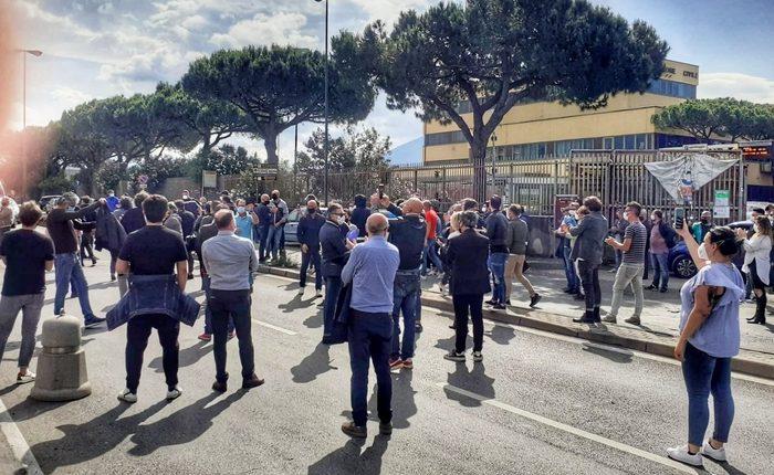 Le categorie dimenticate dal Covid: protestano le autoscuole, via Argine bloccata