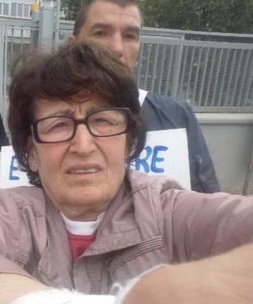 GIU' LE MANI DALL'OSPEDALE APICELLA – Annamaria Romano lancia il fleshmob in rete e i cittadini appongoni fuori le proprie abitazioni gli striscioni contro la chiusira dell'ospedale di Pollena Trocchia