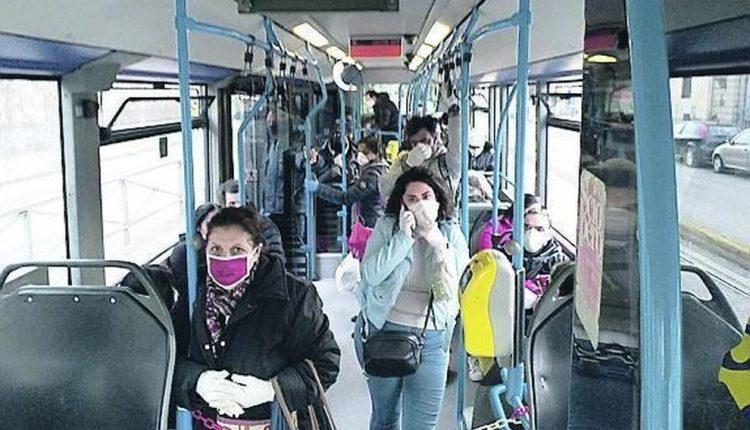 Coronavirus Napoli, obbligo di mascherine sui mezzi di trasporto:segnali per mantenere la distanza mentre si aspettano metro e bus e più vigilanza