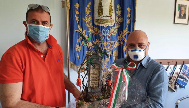 A Pollena Trocchia l'artista artigiano Luigi Russo dona la sua ultima opera, raffigurante la Lapide di Donizetti al sindaco Carlo Esposito