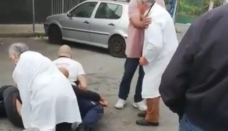 Alla Rotonda Miranapoli i commercianti sventano una rapina nella storica macelleria: il rpesunto rapinatore bloccato a terra chiede pietà. Intervengono gli agenti del commissariato Portici-Ercolano