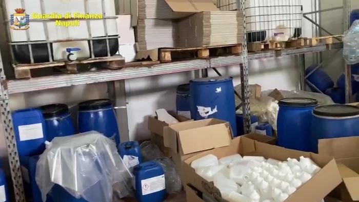 Operazione della Finanza nel Napoletano, denunciata la titolare di una fabbrica di igienizzante fuorilegge a San Giorgio a Cremano