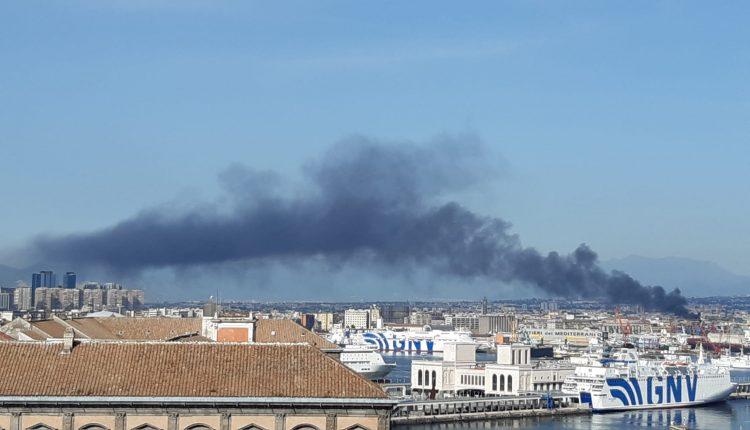 """Maxi incendio a Gianturco, una grossa nube di fumo nero invade l'area circostante. Borrelli (Verdi): """"Chiesto subito intervento Arpac per effettuare rilevazioni. Troppi incendi negli ultimi tempi, siamo preoccupati"""""""
