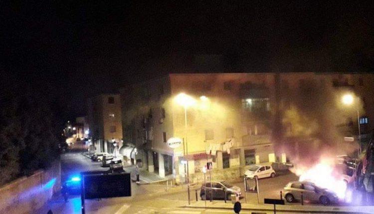 Due auto in fiamme nel parcheggio retrostante Piazza Amodio a Pollena Trocchia: torna l'incubo del piromane che mesi fa incendiava le auto