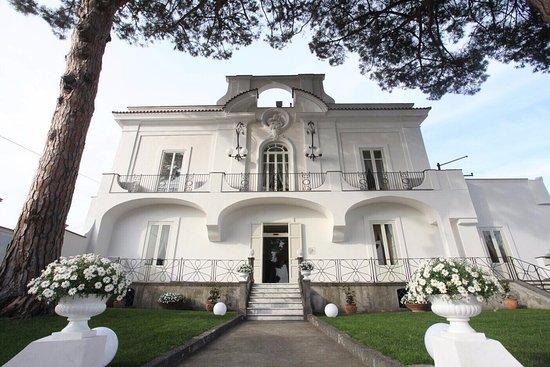 Jose' Restaurant – Riapertura con nuovi spazi all'aperto per il ristorante stellato di Torre del Greco, con giardino e terrazza, tra Vesuvio e vista mare