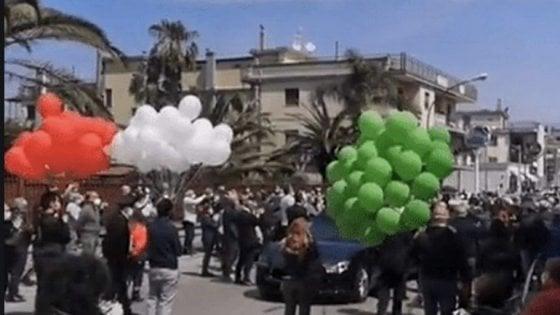 """Funerali sindaco di Saviano, dopo venti giorni scoppia focolaio Covid in citta. Borrelli: """"Incoscienti e irresponsabili sono i primi alleati del virus. Con fase 2 stanno aumentando in tutta la regione. Siamo molto preoccupati"""""""