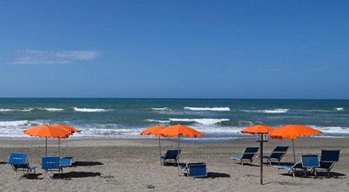 Regione Campania: riaprono le spiagge, lettini a un metro e mezzo di distanza e ok alle gite in barca