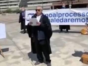 Avvocati in rivolta a Napoli: doppio flash mob contro il processo da remoto