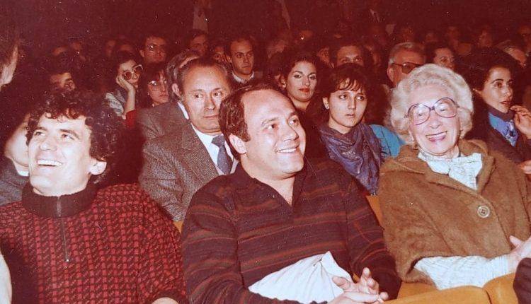 """Carlo Verdone pubblica su Facebook una foto che lo ritrae al cinema con Massimo Troisi: """" Prendiamo questo scatto dei primi anni '80 come l'auspicio di poter tornare in sala in piena sicurezza"""""""