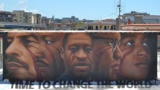 Al centro storico stencil ricordano Floyd, a Barra lo street artist italo olandese Jorit gli dedica un murales anti razzista