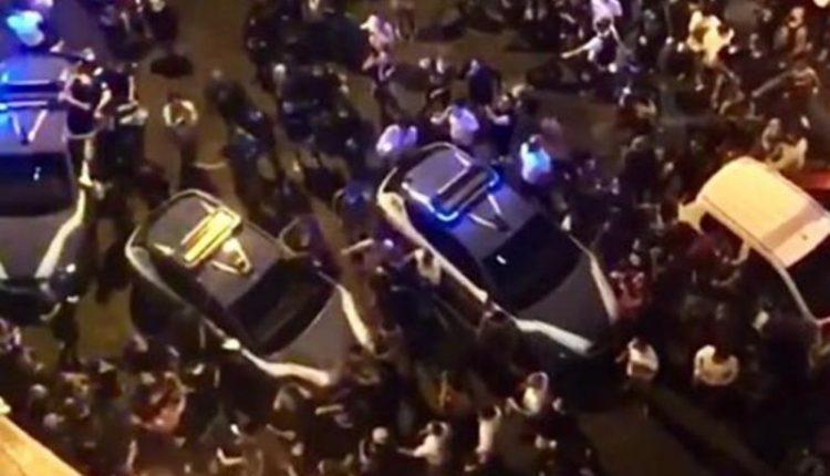 Tensioni a Napoli durante controlli della Polizia a piazza Bellini: tre fermi e le proteste dei centri sociali