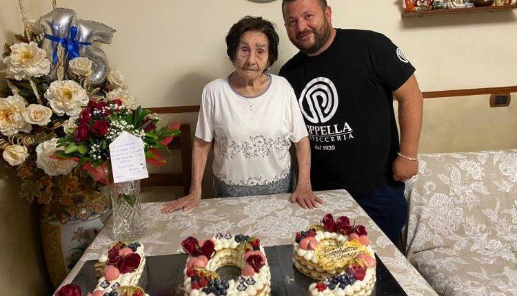 Rione Sanità in festa per i 109 anni di nonna Giuseppa con i dolci dei Ciro Poppella
