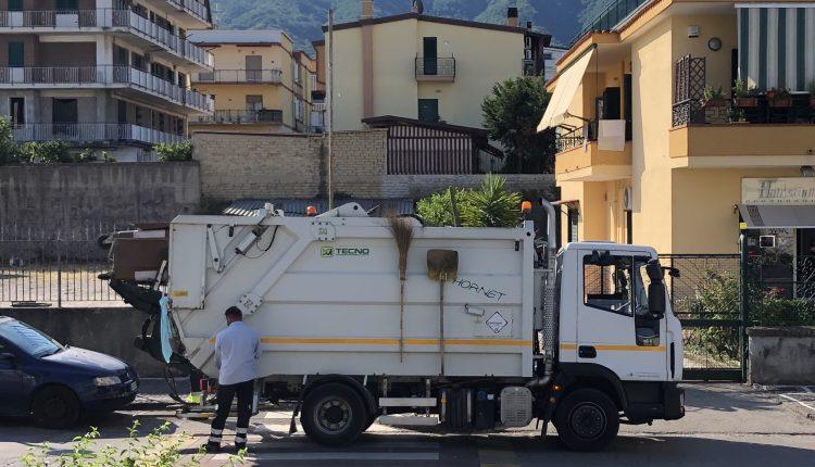"""L'odissea dei cittadini di via Massa a Pollena Trocchia: """"I giorni in cui raccolgono l'umido qui non possiamo vivere. Il sindaco faccia qualcosa"""""""