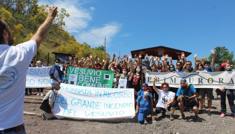 Cinquanta associazioni passeggiano sul Vesuvio, a tre anni dagli incendi