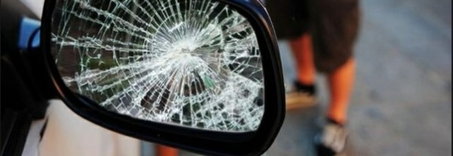 Truffa dello specchietto, 45 euro per un danno fantasma: arrestati un 25enne di Pomigliano d'Arco e un 40enne di Casalnuovo
