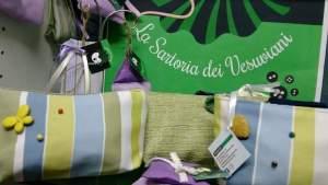"""A San Giorgio a Cremano: i disabili psichici lavorano nel laboratorio di sartoria e realizzano mascherine che donano alla Municipale.Il sindaco Zinno: """" Per noi le differenze sono un valore"""""""