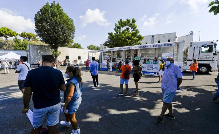 Coronavirus a Napoli,  insegnanti in fila per test sierologico. Parte lo Screening dell'Ordine dei medici di famiglia per scuole sicure