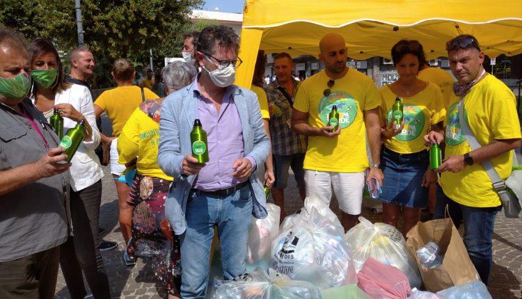Europa Verde a Pomigliano d'Arco con stazione mobile a caccia di plastica, polveri sottili e inquinamento acustico