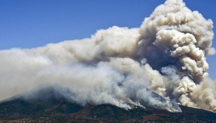 Ercolano, ennesimo rogo alle falde del Vesuvio: il terzo in un solo giorno