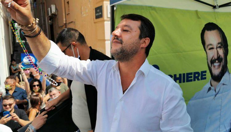 """Matteo Salvini, fischi e pomodori a Torre del Greco. A piazza Matteotti: """"Siete tanti, non vi meritate De Luca e de Magistris"""""""
