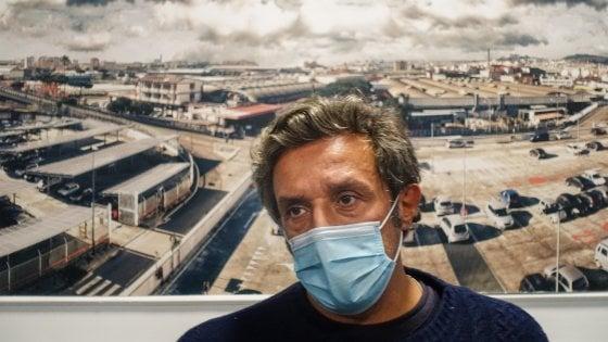 """Flavio Insinna in fabbrica con gli operai della Whirlpool di Ponticelli: """"Qui per dare un segno concreto"""""""