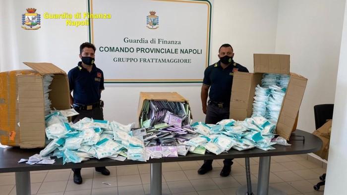 A Napoli sequestrate 28mila mascherine FFP2 contraffate, la Guardia di Finanza in un negozio gestito da cinesi, 69mila articoli non a norma