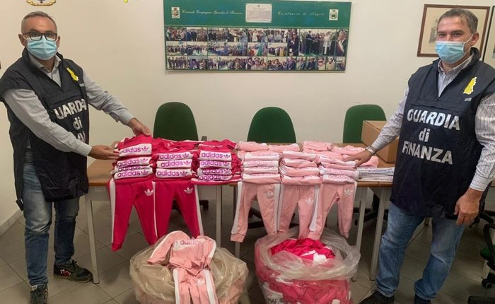 Contraffazione, sequestrata fabbrica abbigliamento a. Somma Vesuviana
