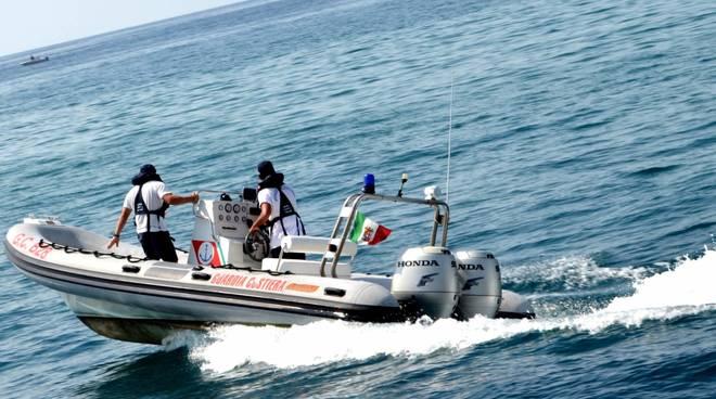 Donna in mare in stato confusionale, salvata dalla Guardia Costiera a Torre del Greco