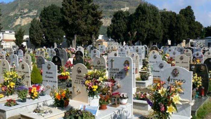 Ponte dei morti in Campania, la Regione raccomanda la chiusura dei cimiteri