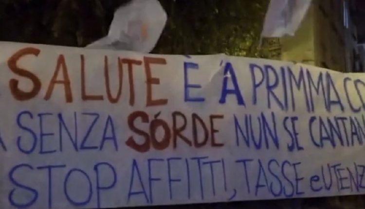 Guerriglia urbana a Napoli, fumogeni e bombe carta contro forze dell'ordine: manifestanti no-lockdown bersagliano il palazzo della Regione anche con petardi. Striscioni, musica e cori contro De Luca e il Governo