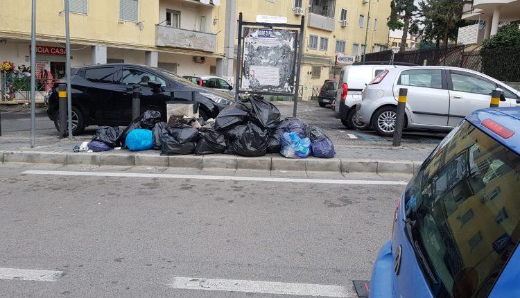 Continua l'emergenza rifiuti a Pollena Trocchia: nonostante il buon funzionamento della differenziata, i soliti incivili lasciano sacchi neri al centro del paese
