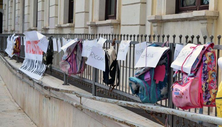 """Emrrgenza Covid: ecco a Napoli le mamme no Dad, è la protesta degli zaini """"appesi"""""""