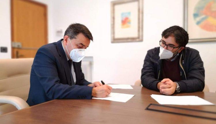 Gianluca Del Mastro firma la sua candidatura per l'acqua pubblica alle elezioni per l'Ente Idrico Campano
