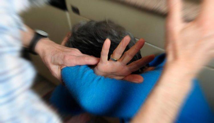 Picchia la madre e il padre invalido per avere soldi: arrestata una trentenne a Portici