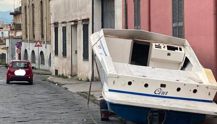 """A Ercolano: una vecchia barca abbandonata in strada. Il sindaco Bonajuto: """"Vergognati"""""""