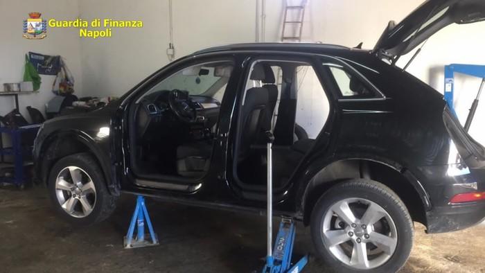 La Guardia di Finanza scopre nel Napoletano un deposito di auto rubate