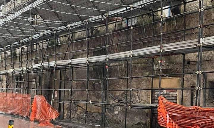 L'ABBANDONO E LA TRAGEDIA SFIORATA – A Pollena Trocchia da anni Palazzo Verduzio versa nell'abbandono e occupa abusivamente due marciapiedi sottratti ai cittadini