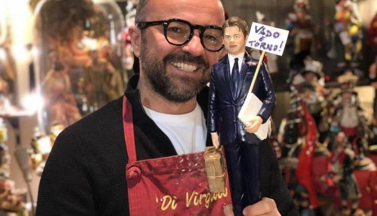 Giuseppe Conte diventa una statuina del presepe: ha la valigia e un cartello 'Vado e torno'