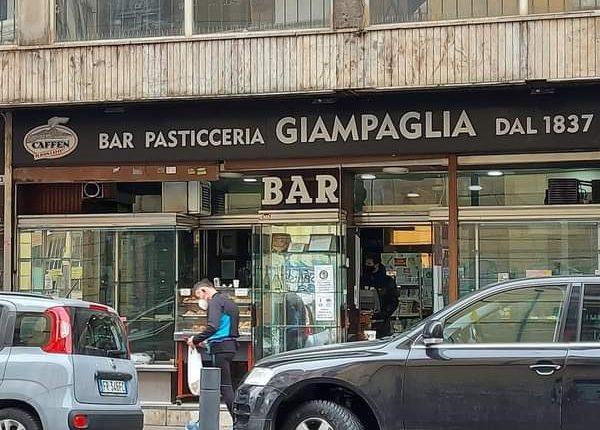 Addio al Bar Pasticceria Giampaglia: sotto la succursale del Liceo Silvestri davanti alle graffe e ai mitici biscotti ha visto nascere e morire amori, amicizie e passioni. Oggi il suo ultimo giorno