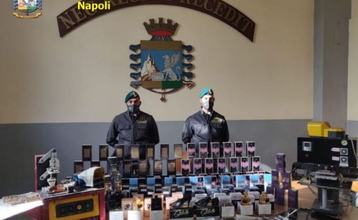 """Profumo """"taroccato"""" per San Valentino, sequestro della Guardia di Finanza a Napoli: tre denunciati"""