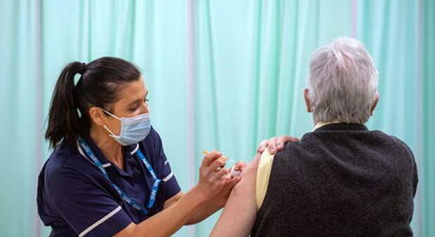 Emergenza Vaccini: il direttore dell'Asl Na1 annuncia lo stop per gli anziani per carenza di dosi Pfizer